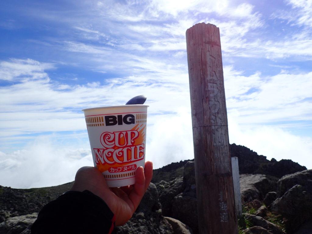 トムラウシ山の山頂で食べるカップヌードル