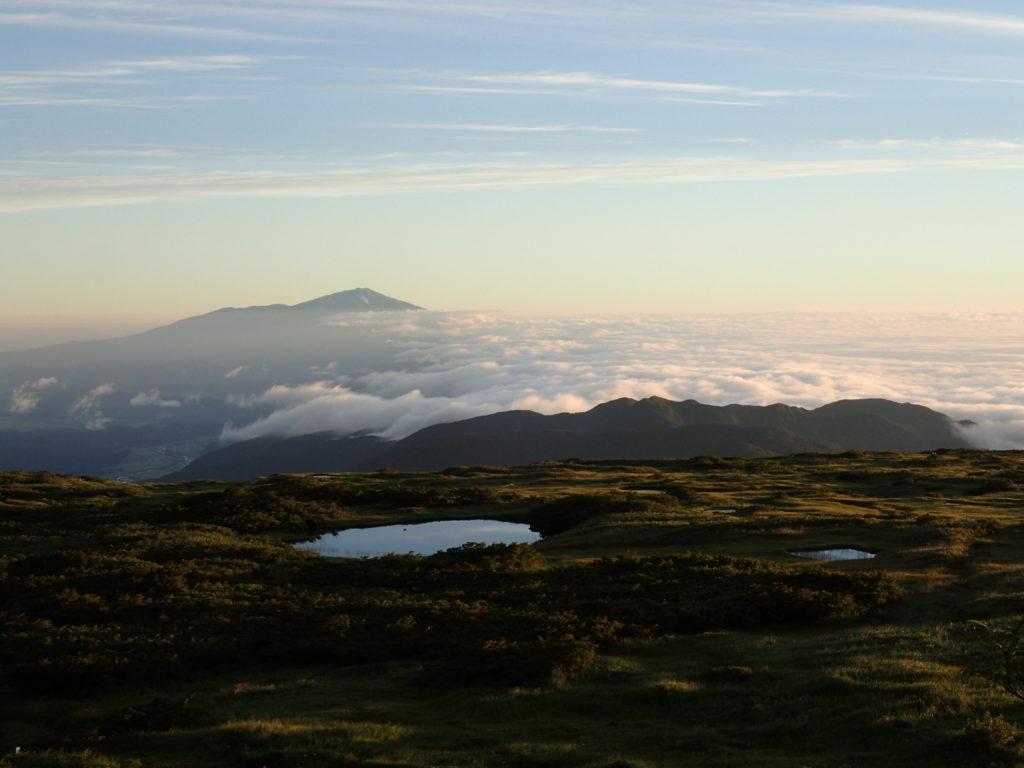 月山登山道からの雲海と鳥海山と池塘