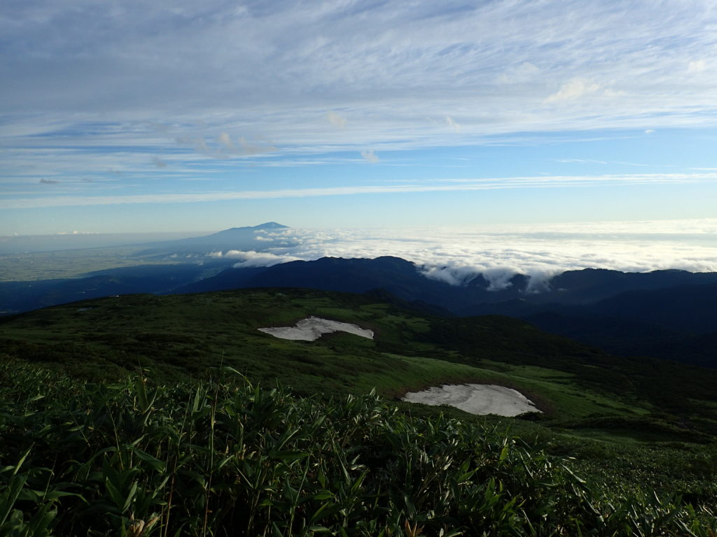 月山登山道からの雲海と鳥海山と残雪