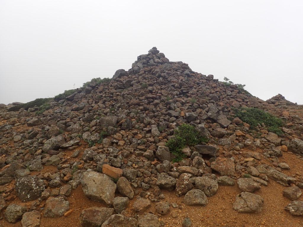 安達太良山稜線のケルン