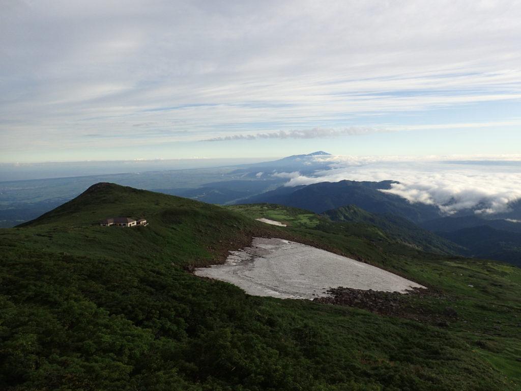 月山の残雪と鳥海山と雲海と佛生池小屋