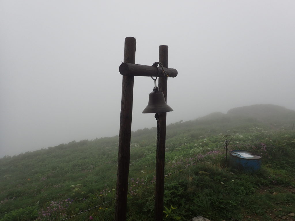 大朝日岳山頂避難小屋の鐘