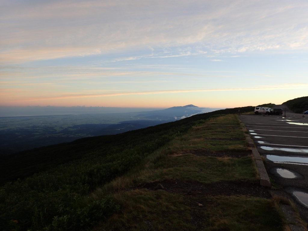月山8合目からの朝焼けと鳥海山