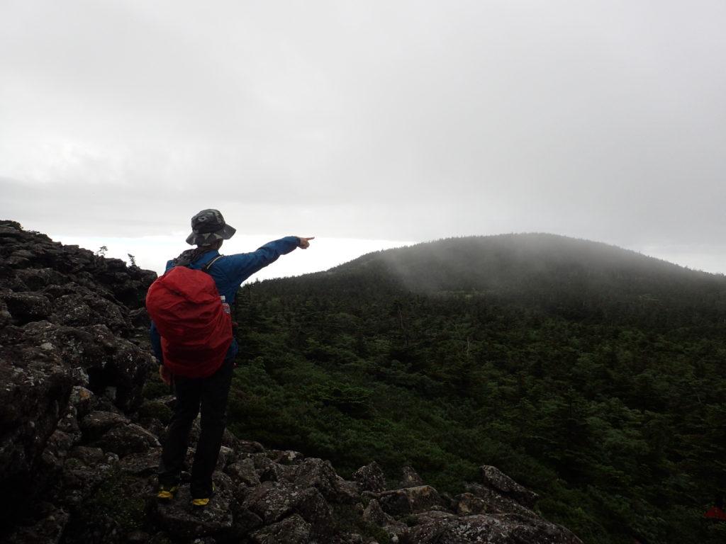 西吾妻山の天狗岩で記念撮影