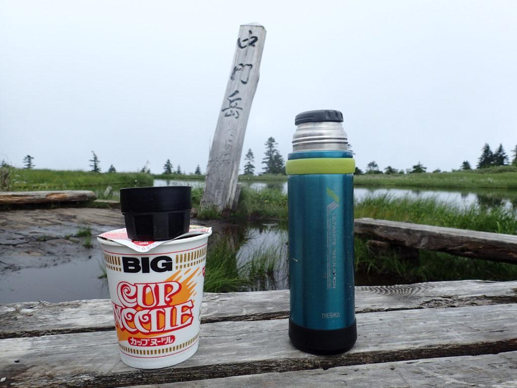 山専ボトルとカップヌードル