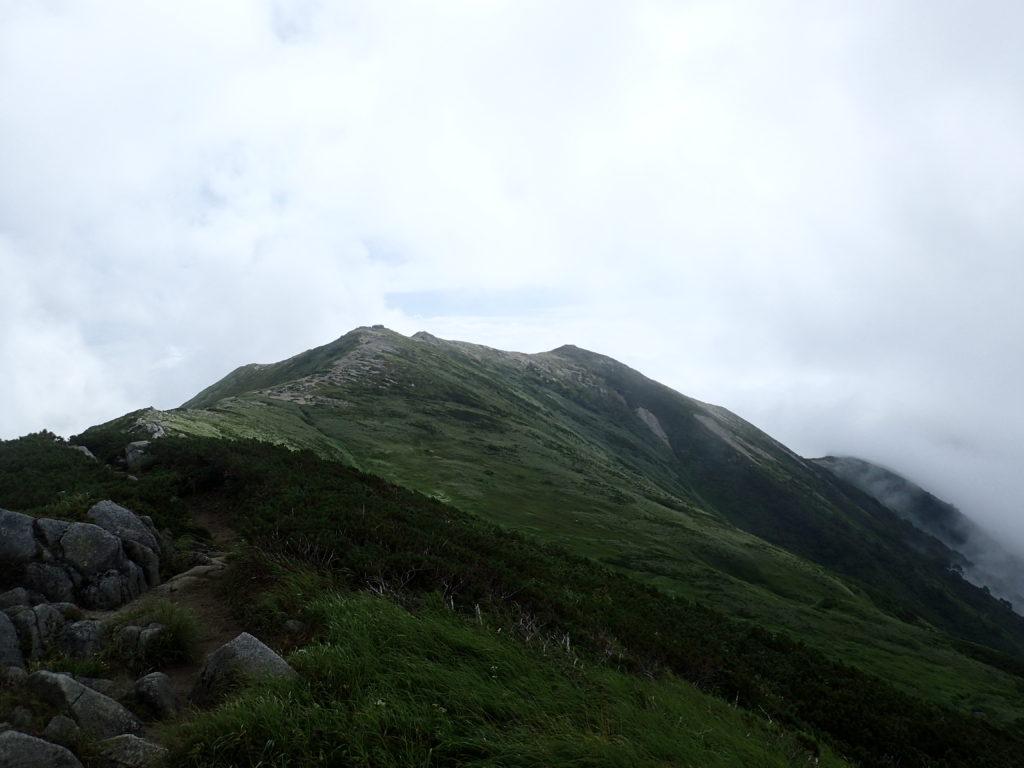 飯豊山山頂から見る飯豊本山小屋方向