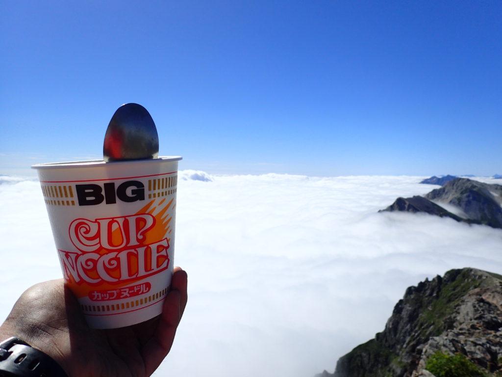 白馬岳山頂で雲海を眺めながらカップヌードル