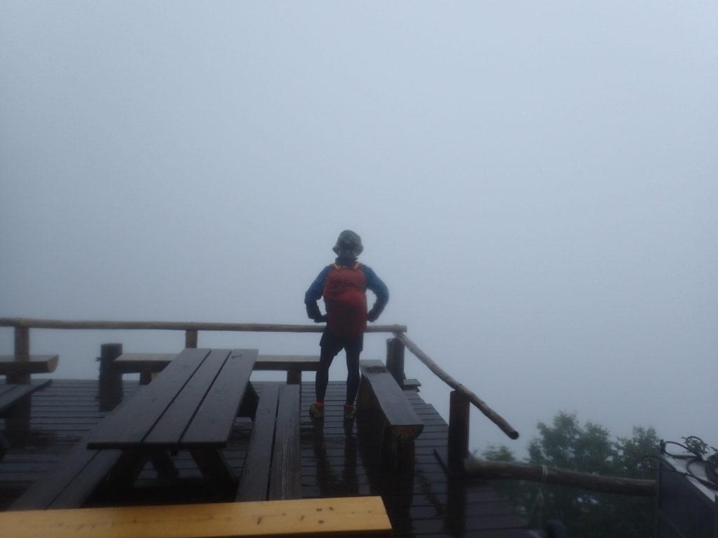 空木岳の駒峰ヒュッテのテラス