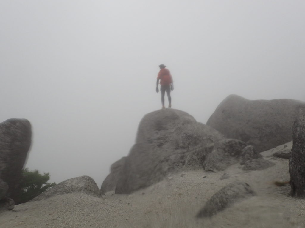 鳳凰三山の薬師岳山頂で記念撮影