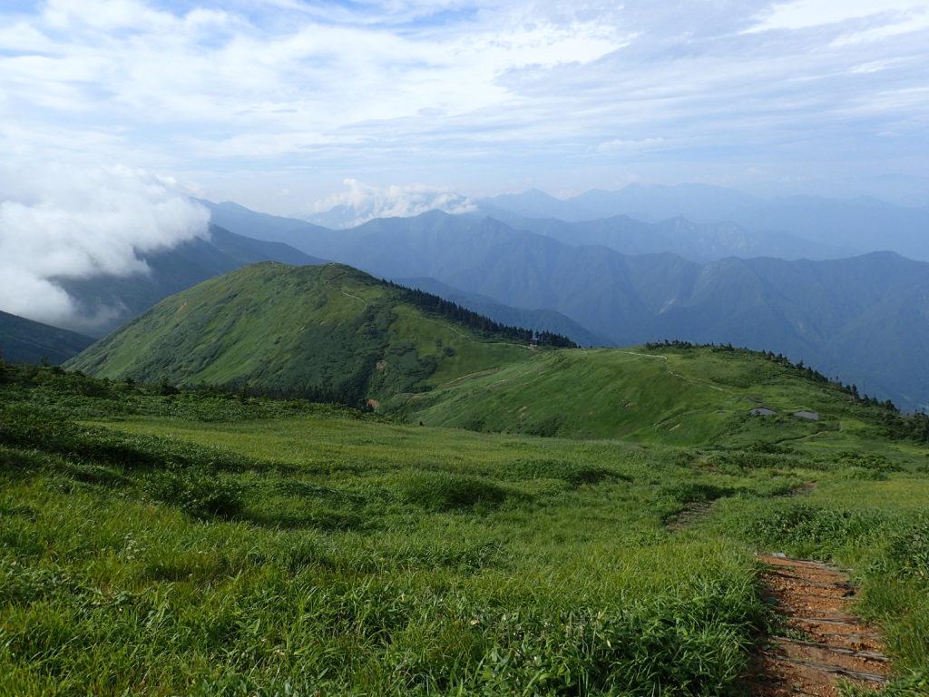 巻機山の山頂方向から見る前巻機山