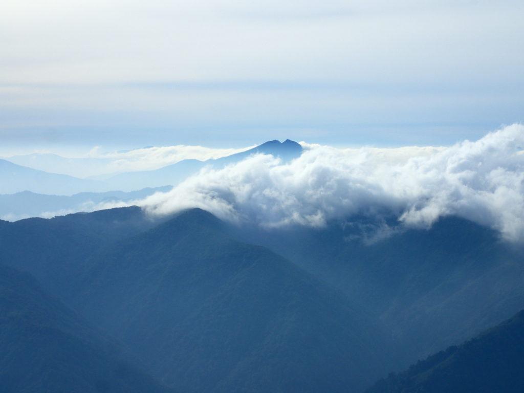 越後駒ヶ岳山頂からみる燧ヶ岳