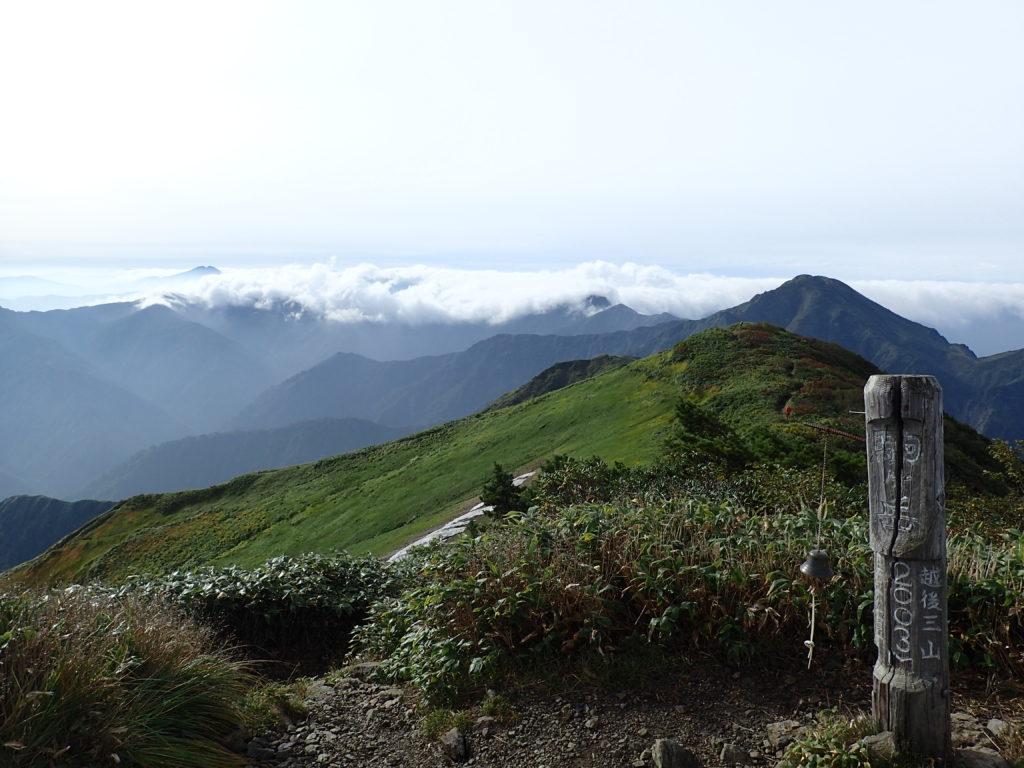 越後駒ヶ岳山頂から見る中ノ岳と燧ヶ岳