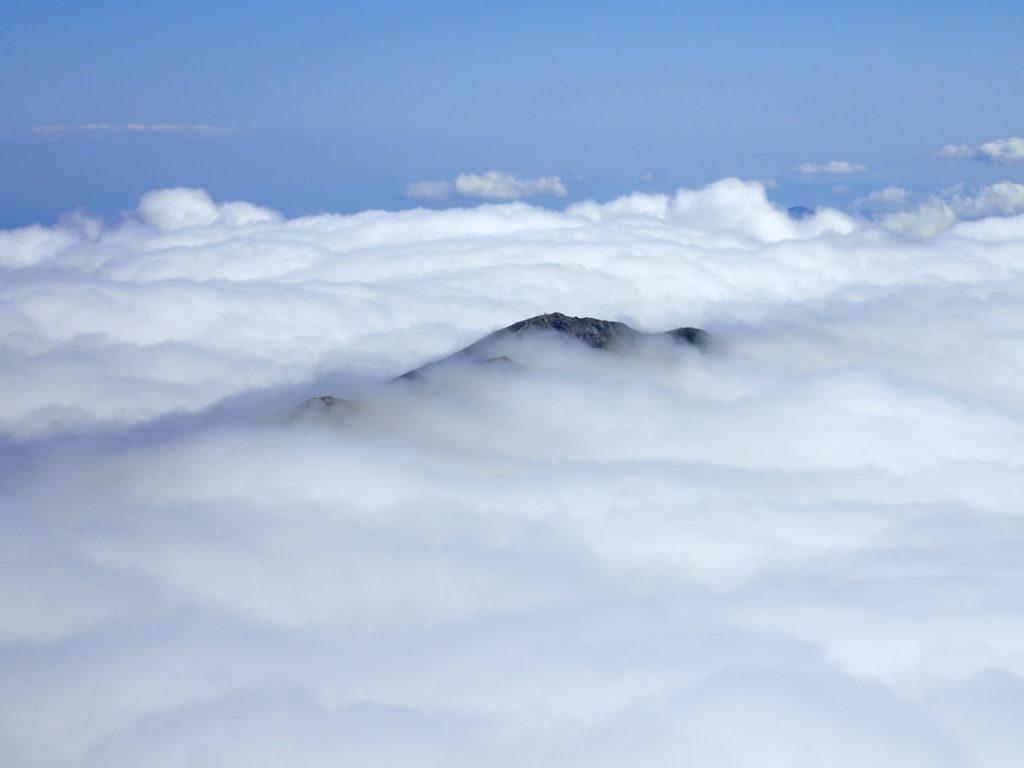 白馬岳山頂から見おろす小蓮華山