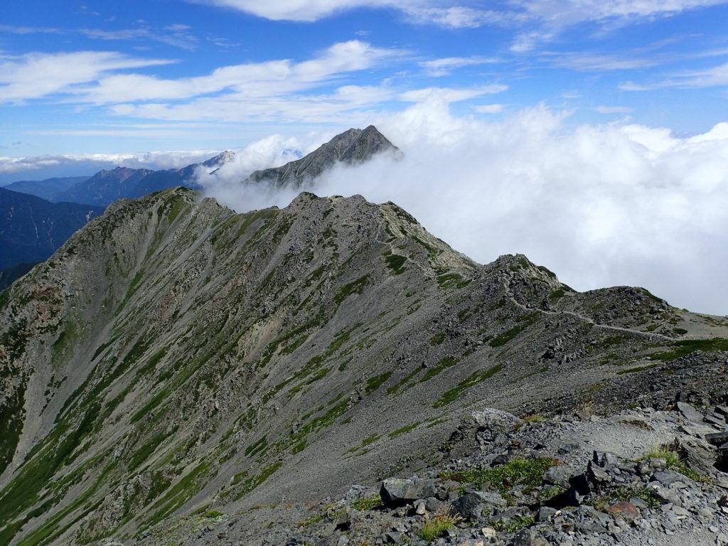 間ノ岳から北岳に続く稜線