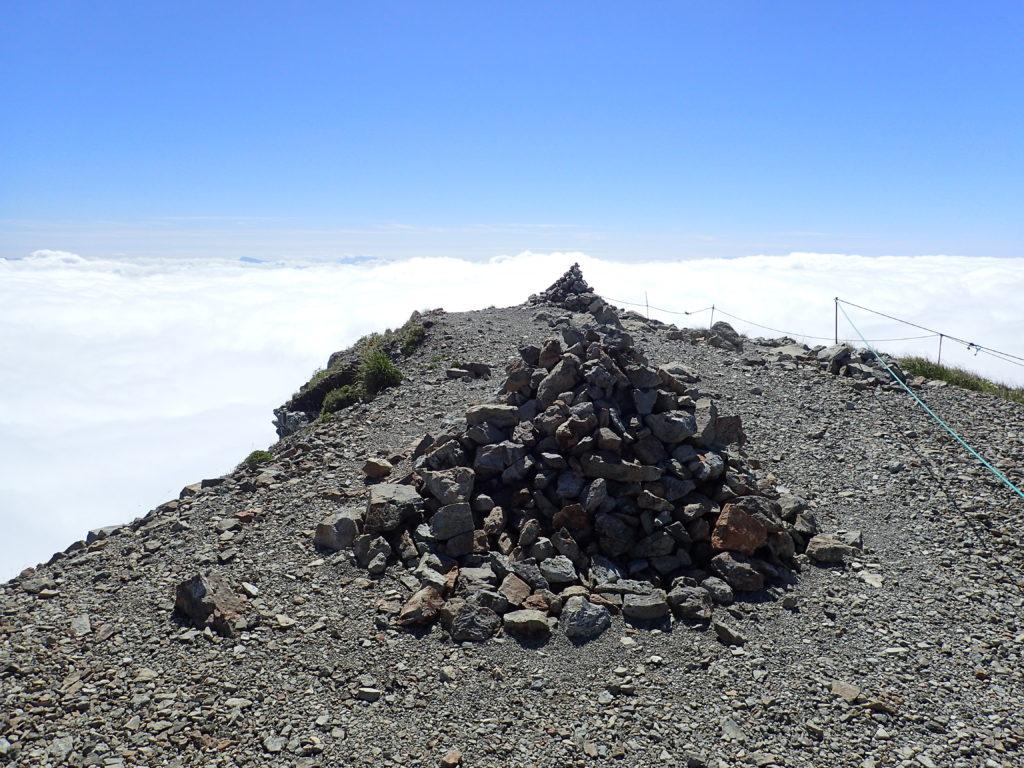 白馬岳山頂付近のケルン