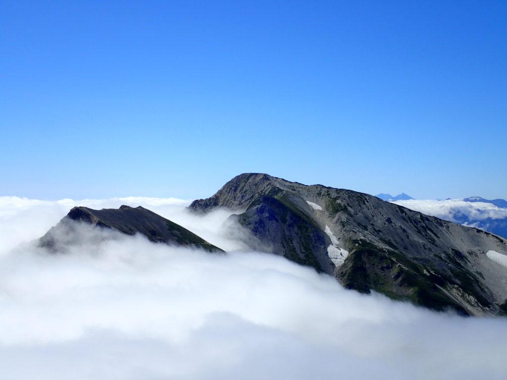 雲海に浮かぶ杓子岳と白馬鑓ヶ岳