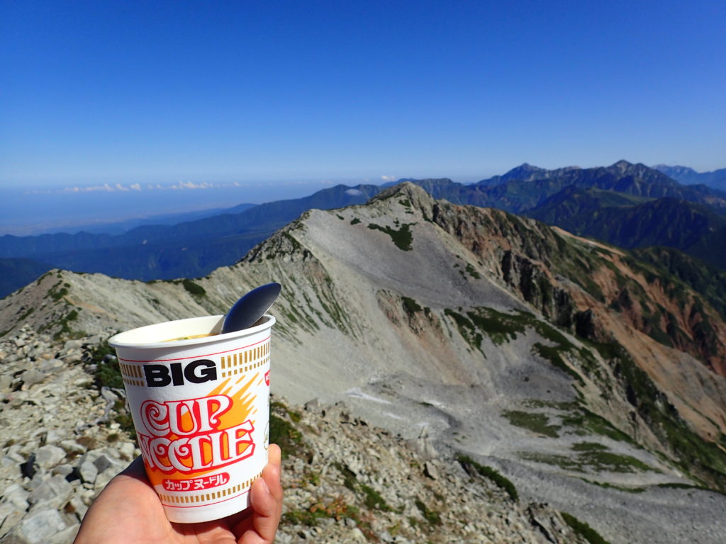 薬師岳山頂から北薬師岳と剱岳方面を眺めながらカップヌードル
