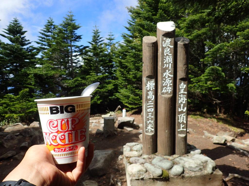 皇海山山頂でカップヌードル