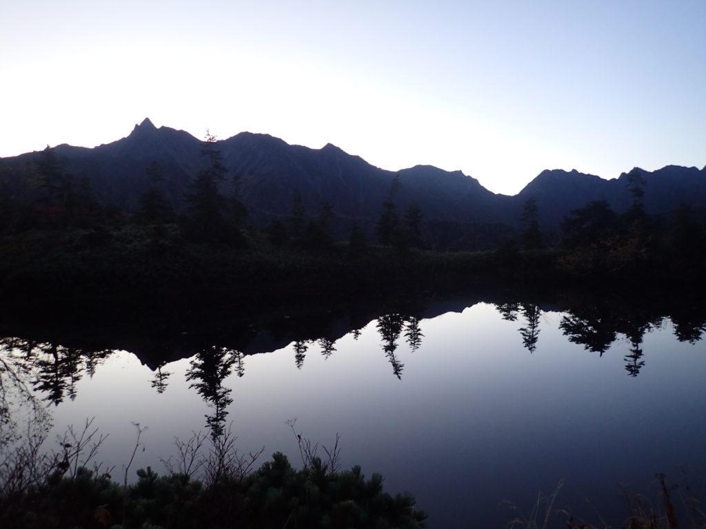 鏡池から見る日の出前の槍ヶ岳と穂高岳の稜線