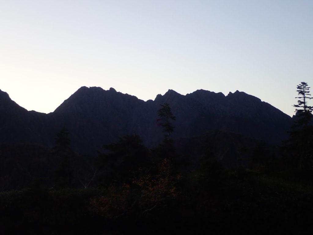 鏡池から見る日の出前の穂高岳