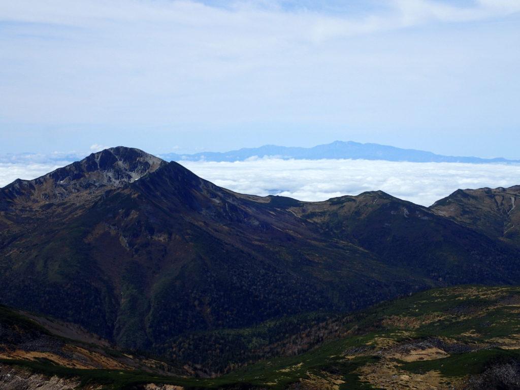 水晶岳付近から見る黒部五郎岳と白山