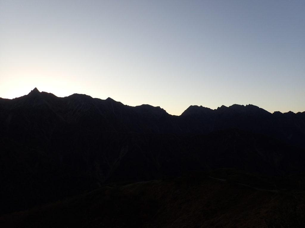 弓折乗越付近から見る槍ヶ岳と穂高岳の稜線