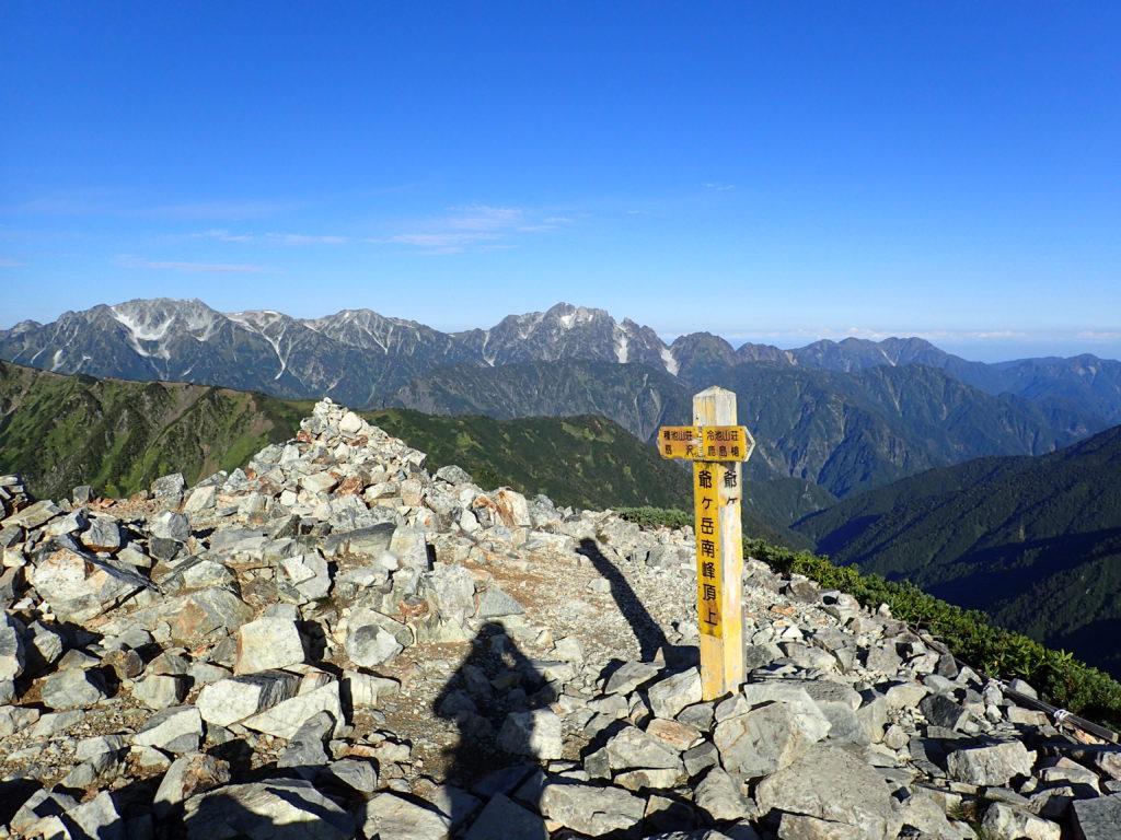 爺ヶ岳南峰山頂から見る剱岳