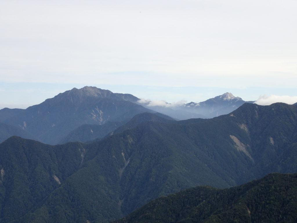 塩見岳登山道から見る仙丈ケ岳と甲斐駒ヶ岳