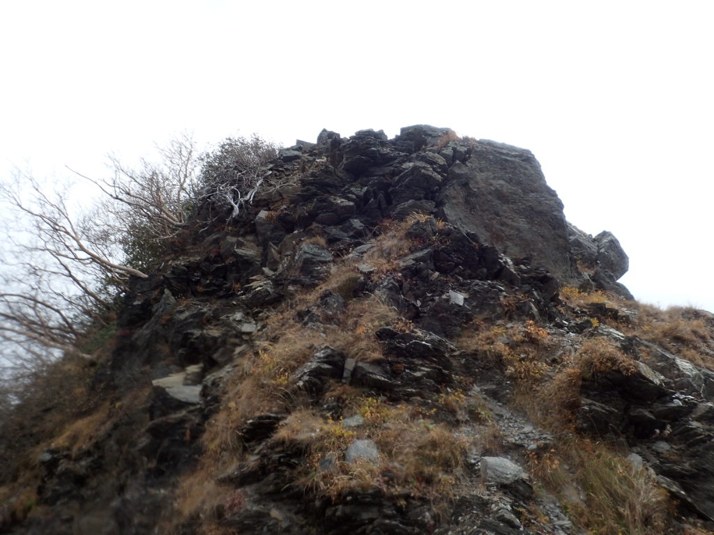 千枚岳登山道の岩場