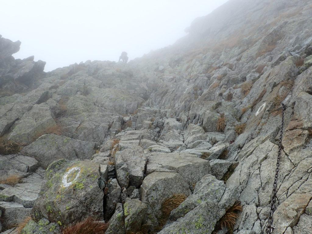 吊尾根の奥穂高岳山頂近くの岩場