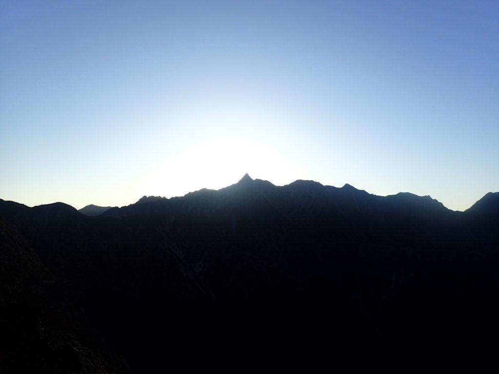 日が昇る直前の槍ヶ岳