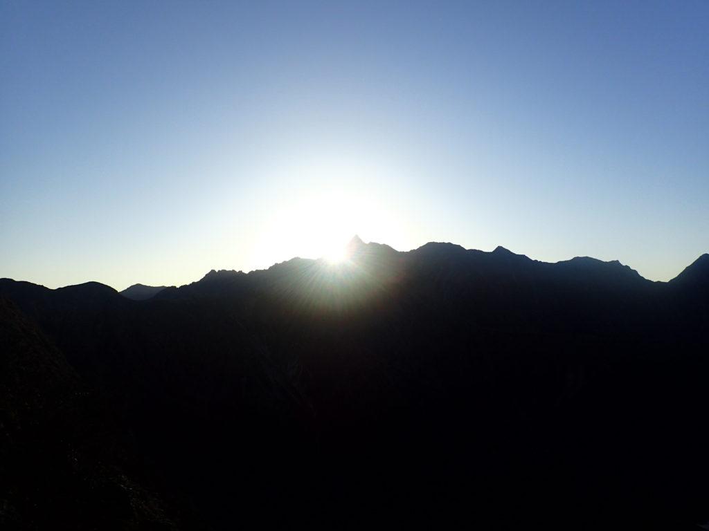 槍ヶ岳から登る太陽