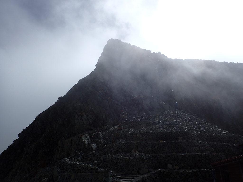 穂高岳山荘前から見る奥穂高岳山頂方向
