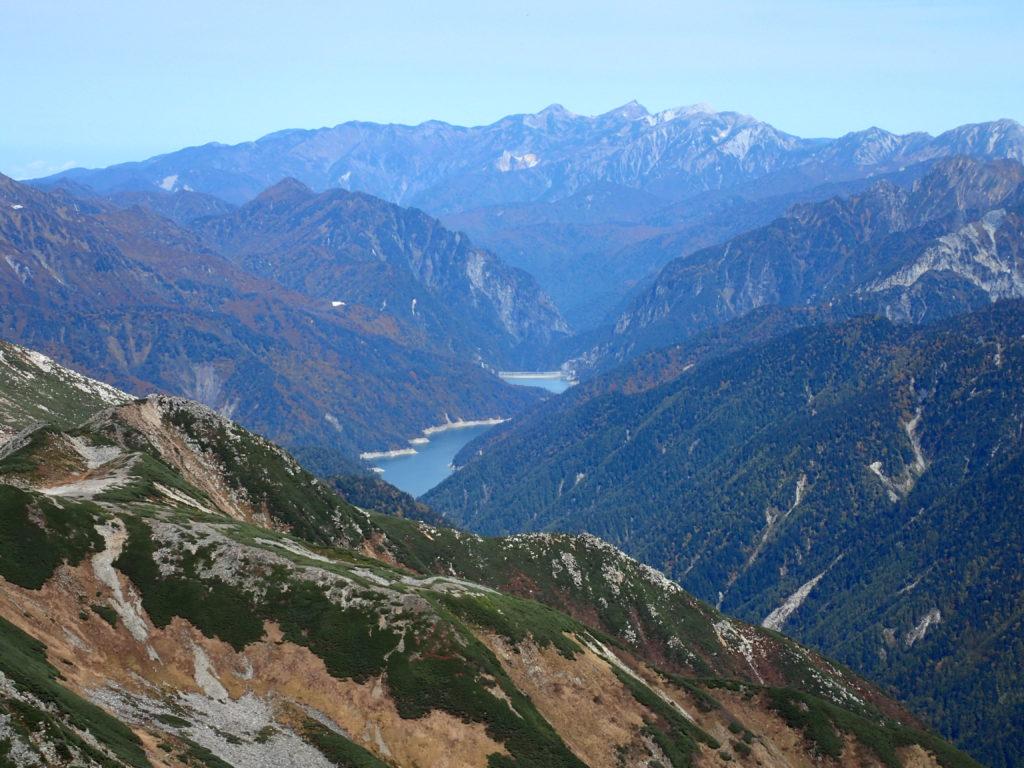 水晶岳山頂から見る黒部ダムと白馬岳