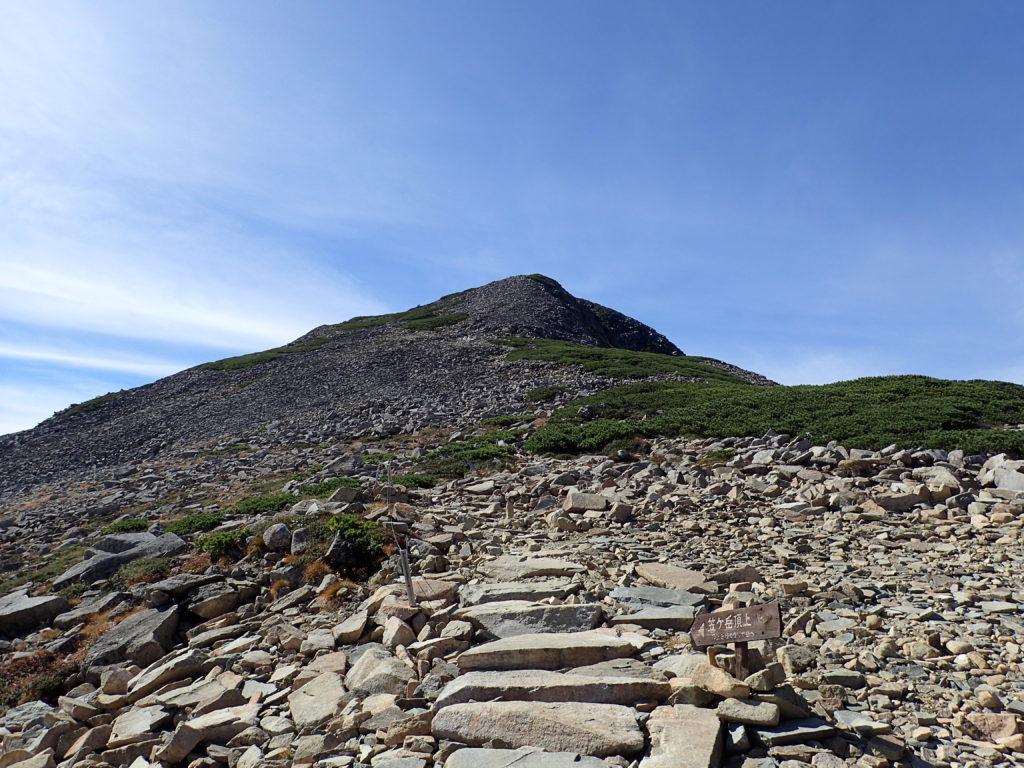 笠ヶ岳山荘から見る笠ヶ岳山頂