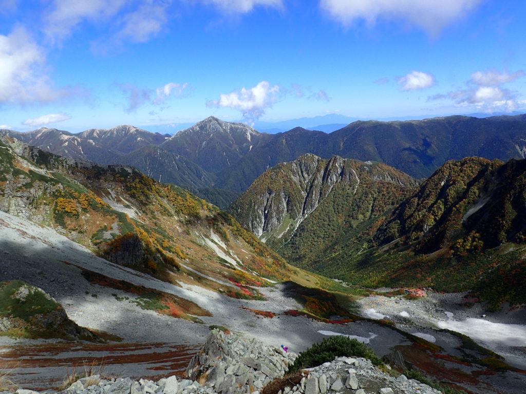 涸沢ヒュッテから見る屏風岩と常念岳