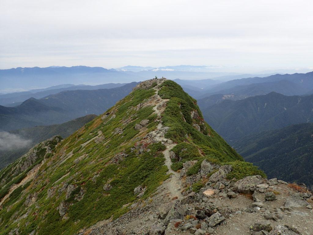 塩見岳東峰から見る西峰