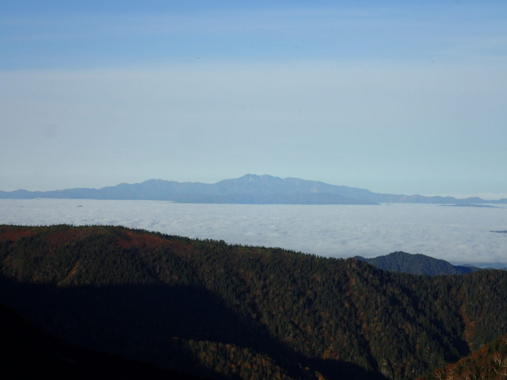 弓折乗越付近から見る雲海の向こうの白山