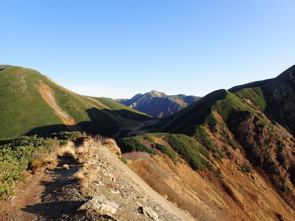 双六小屋の向こうに見える鷲羽岳