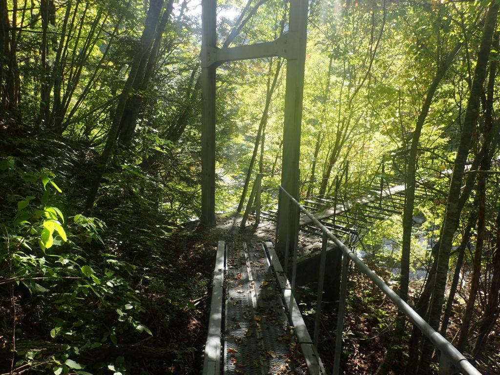 椹島の千枚岳登山口近くのつり橋
