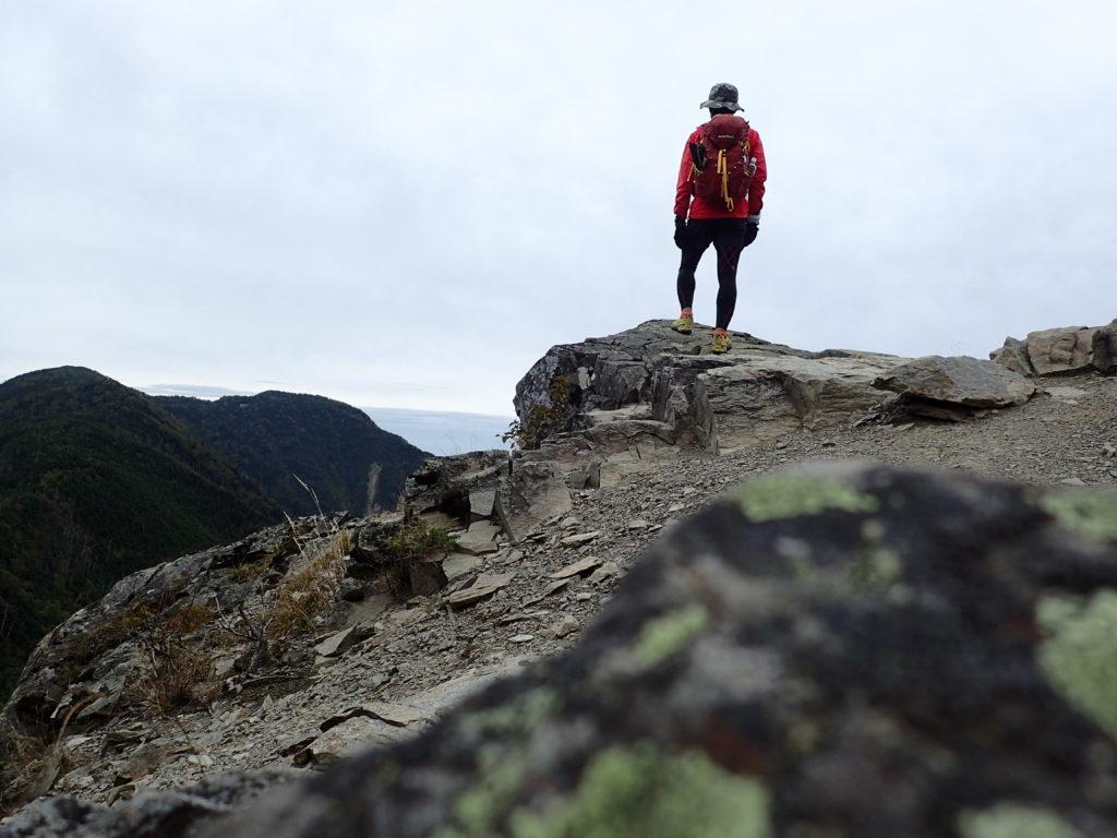 塩見岳登山道ののぞき岩で記念撮影
