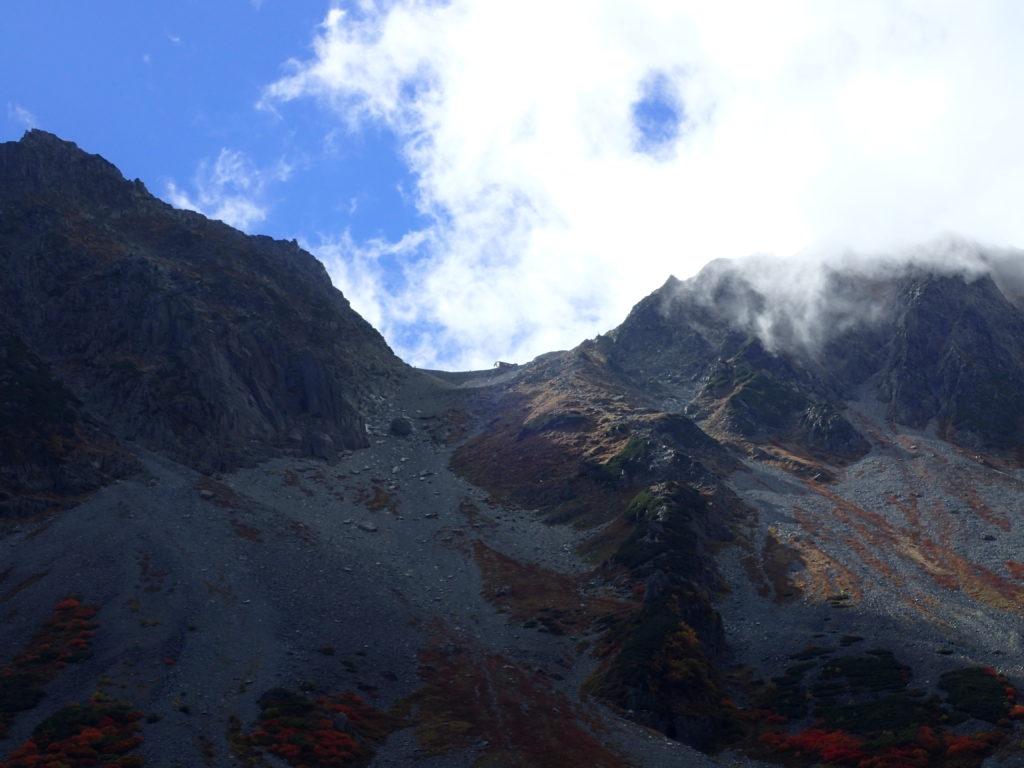 涸沢から見る穂高岳山荘とザイテングラード