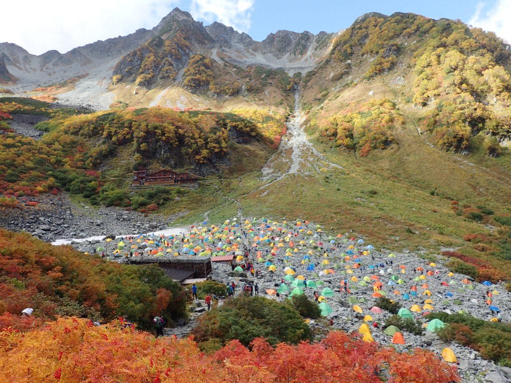 紅葉の涸のテント村と涸沢小屋と北穂高岳