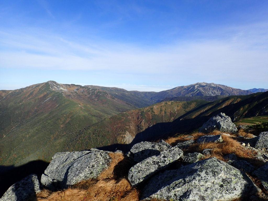 双六岳山頂付近から見る黒部五郎岳と薬師岳