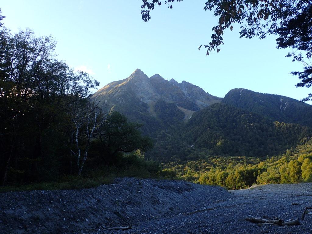 上高地の明神館付近から見る明神岳