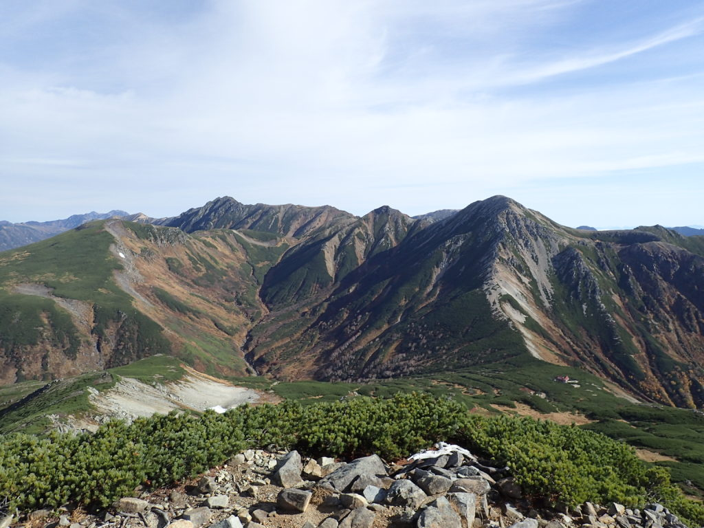 三俣蓮華岳方向から見る鷲羽岳と水晶岳