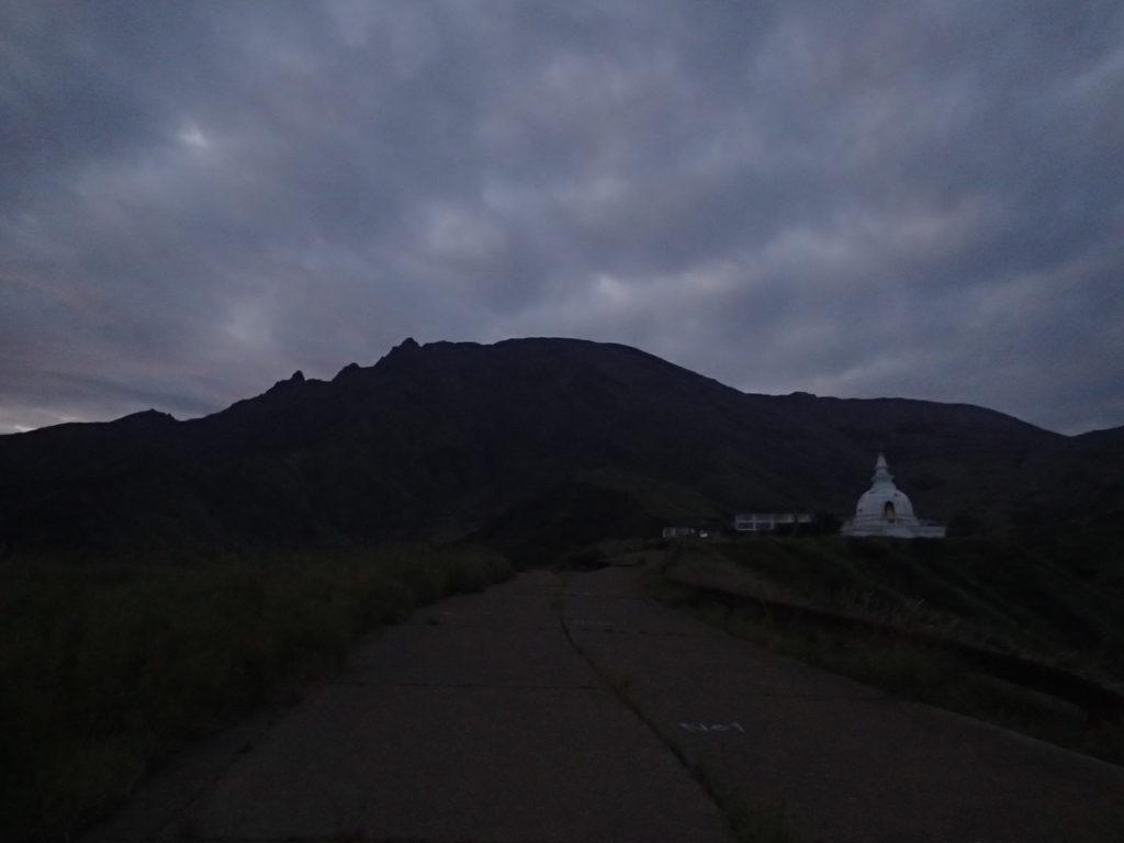 仙酔峡の佛舎利塔と阿蘇山
