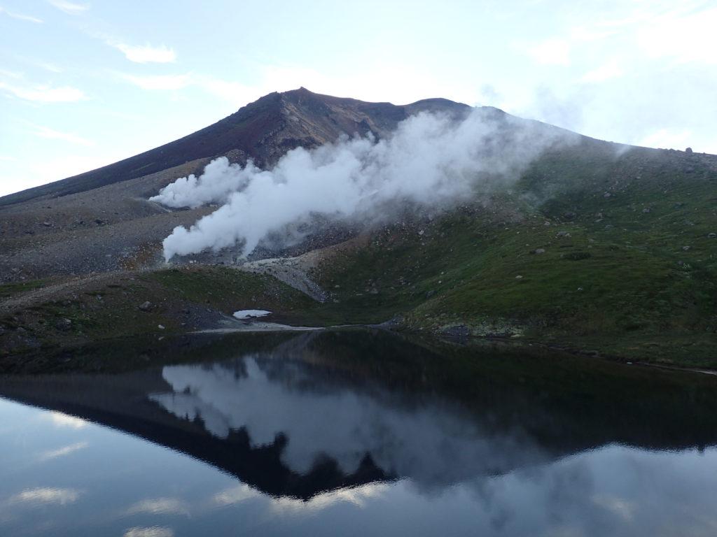 姿見ノ池に映る旭岳