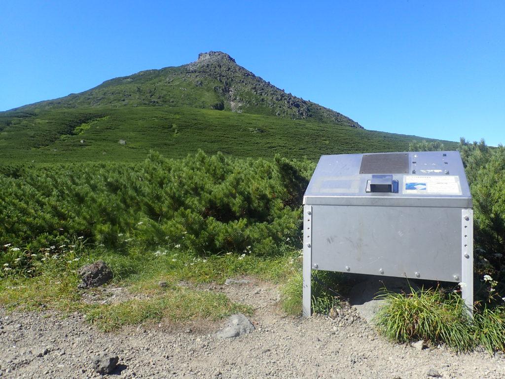 羅臼岳登山道のヒグマ対策食料保存庫(フードロッカー)と羅臼岳山頂
