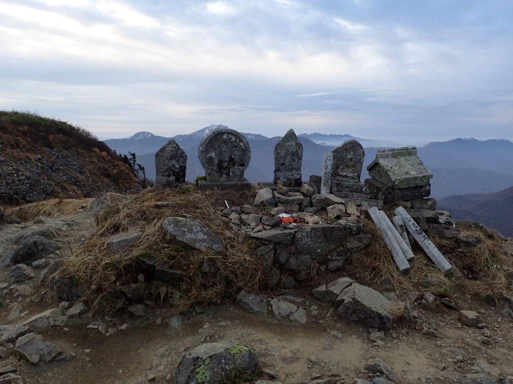 雨飾山北峰の石仏